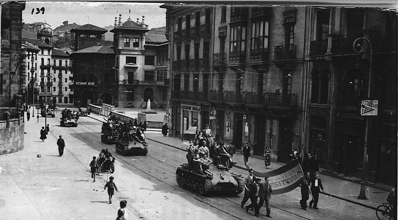 Tropas sublevadas entrando en Bilbao tras la caída de la ciudad